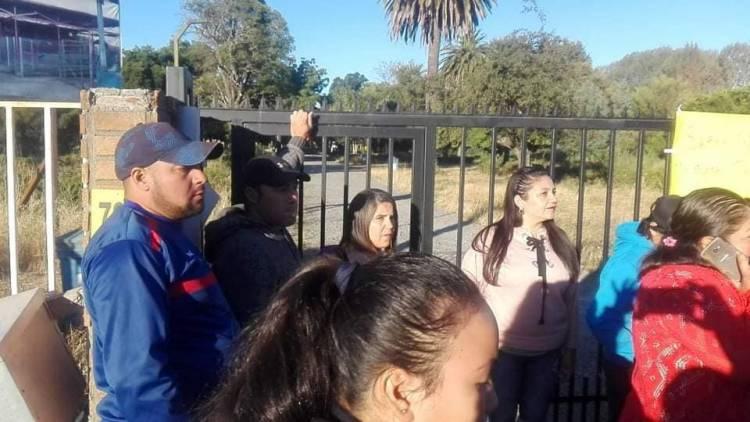 """Apoderados de """"La Sexta"""" en Longaví se toman colegio por falta de agua"""
