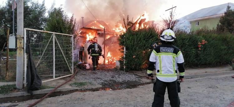 Tres personas quedan damnificados tras incendio por desperfecto eléctrico en la localidad de Vara Gruesa